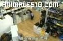 Chimpance y bulldog en tienda deportes